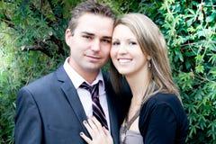 快乐的年轻夫妇在夏日 库存照片