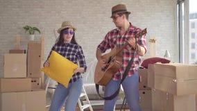 快乐的年轻夫妇搬入一个新的家,跳舞 股票视频
