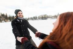 快乐的年轻夫妇获得乐趣在Tatra山 免版税库存照片