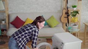 快乐的年轻女人主妇洗涤事 股票视频