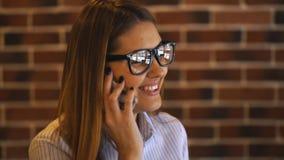 快乐的年轻女实业家谈话在咖啡馆的电话 股票视频