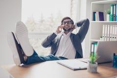 快乐的年轻成功的人在电话谈话在wor 免版税库存照片