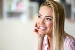 快乐的年轻美丽的白肤金发的妇女画象  免版税图库摄影