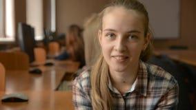 快乐的年轻金发碧眼的女人用在下巴的手 影视素材