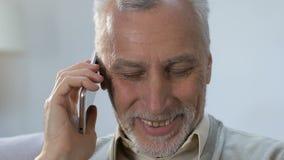 快乐的年长有好友的,宜人的交谈人谈的电话 股票视频