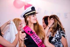 快乐的庆祝与饮料的新娘和女傧相妇女的聚会 免版税图库摄影