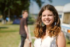 快乐的微笑的十几岁的女孩画象 免版税库存照片