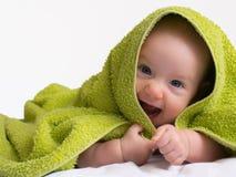 快乐的微笑的女婴ina毛巾 库存照片