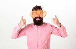 快乐的心情概念 通过看巨型镶边太阳镜的行家 有胡子的人显示赞许 308个黄铜弹药筒报道了遥远的空的地面下跪人步枪射击吊索雪目标冬天 免版税库存图片