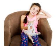快乐的快乐的儿童女孩使用与在轻的背景的一只小的小猫 库存照片