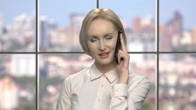 快乐的情感中年金发碧眼的女人谈话在电话 股票视频