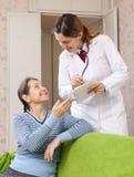 快乐的成熟妇女告诉医生症状 库存照片