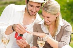 快乐的接受环形晴朗的婚礼妇女 免版税图库摄影