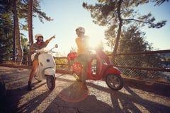 快乐的旅行在摩托车和看在旅途上的妇女和人意大利 库存图片