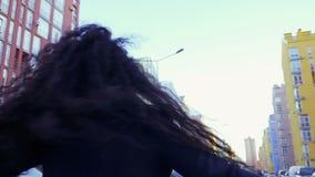 快乐的无忧无虑的妇女转过来她自己慢动作的在街道 股票视频