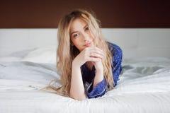 快乐的早晨 迷人的女孩画象在卧室 库存图片