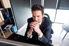 快乐的时髦的商人在办公室工作高兴地 库存照片