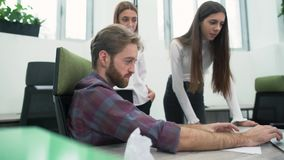 快乐的有胡子的人和两少女在办公室谈论工作计划在工作场所 高级管理人员 股票视频