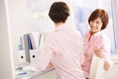 快乐的服务台办公室工作者 免版税库存照片