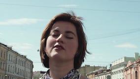 快乐的歌手女孩在夏天礼服的老镇执行 影视素材