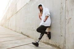 快乐的残疾女孩照片有利用仿生学的腿的在便衣, st 库存图片