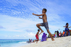 快乐的海滩乐趣在马尔代夫 免版税库存图片