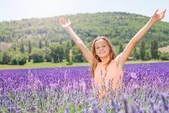 快乐的深深女孩常设腰部在淡紫色领域 免版税库存图片