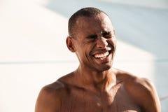 快乐的满身是汗的非洲体育人, chillin特写镜头画象  免版税库存照片