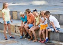 快乐的演奏凭动作猜字谜游戏的男孩和女孩 免版税图库摄影