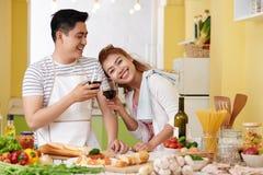 快乐的烹调夫妇 图库摄影