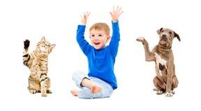快乐的男孩、猫和狗 免版税库存照片