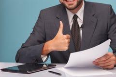 快乐的男性新闻广播员显示好标志 免版税库存照片