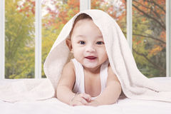 快乐的男性婴儿在卧室 库存图片