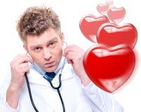 快乐的男性医生听的心跳 库存图片