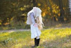 快乐的白肤金发的青少年的女孩 图库摄影