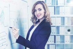 快乐的红发女实业家和whiteboard 库存照片