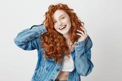 快乐的红头发人女孩微笑的笑看在白色背景的照相机 复制空间 免版税图库摄影