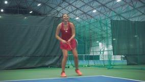 快乐的网球员打球 股票录像