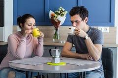 快乐的美好的年轻夫妇在家 免版税图库摄影