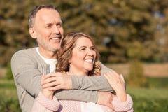 快乐的老已婚夫妇在休息 免版税库存图片
