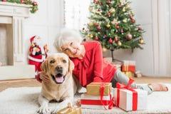 快乐的老端庄的妇女休息与宠物 免版税库存照片