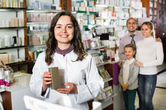 快乐的药剂师配药商店和咨询的cus 库存照片