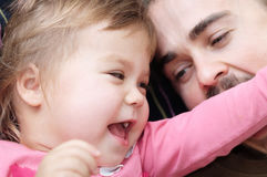 快乐的获得孩子和的爸爸laughting非常情感的乐趣 库存图片