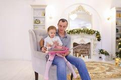 快乐的获得小女孩和的爸爸乐趣和无所事事,笑a 免版税库存图片