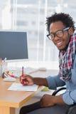 快乐的设计师图画某事与一支红色铅笔 免版税库存图片