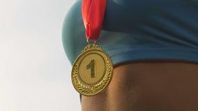 快乐的赛跑者妇女欣喜金牌垂悬在她的脖子的,奖特写镜头  股票视频