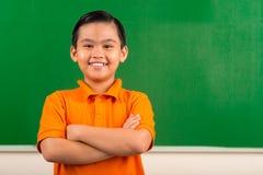快乐的越南男小学生 免版税库存照片