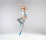 快乐的跳跃的妇女画象  免版税库存照片