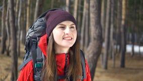 快乐的远足者妇女画象 美丽的微笑的女性佩带的背包 影视素材
