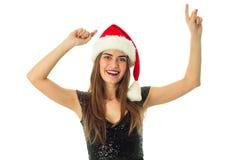 快乐的逗人喜爱的妇女画象圣诞老人帽子的 免版税库存图片